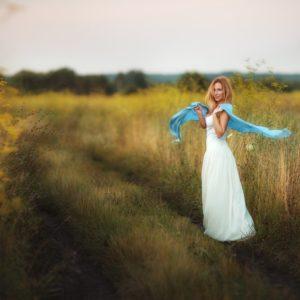 в белом платье в поле