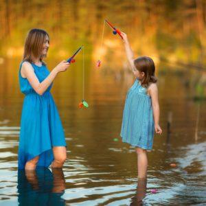 мама и дочка ловят рыбу