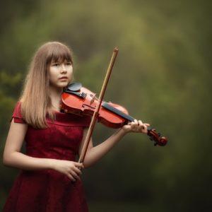 играет на скрипке